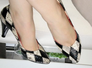 black and white snakeskin pumps